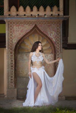 Photo pour Belle femme danseuse du ventre sexy arabe turc oriental professionnel bellydance artiste en Carnaval brillant costume avec des cheveux longs en bonne santé à istanbul. exotique star de danse orientale. danse fille - image libre de droit