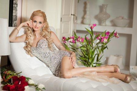 Photo pour Belle femme sexy dans un intérieur de luxe, glamour, mode. magnifique fille blonde à l'hôtel. mode style vogue femme en robe de soirée à la mode. Modèle beauté et bijoux. Femme riche à la villa rétro. Vintage - image libre de droit