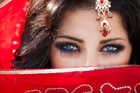 Photo pour Magnifique portrait de femme indienne, maquillage lumineux femme avec des bijoux en or. Superbes yeux de fille indienne. Beauté indienne. Belle dame indienne indigène - image libre de droit