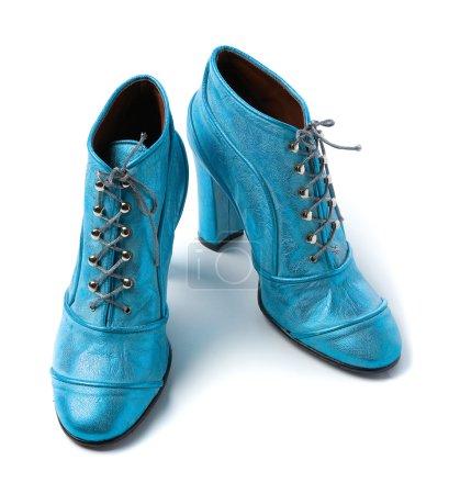 Photo pour Chaussons à talons hauts en cuir métallisé bleu ciel isolés sur fond blanc . - image libre de droit