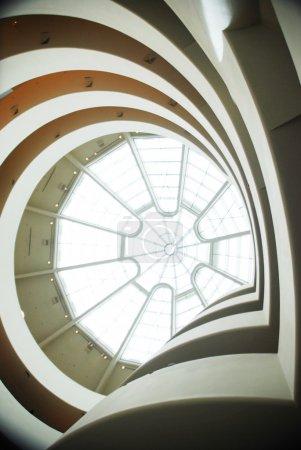 Photo pour Vue vers le haut vers le toit dans l'atrium du Solomon R Guggenheim Museum, New York, NY . - image libre de droit