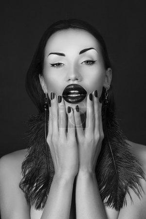 schöne Mädchen mit schwarzem Lippenstift matte schwarze Maniküre und Zubehör