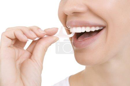 Photo pour Femme et dents fil dentaire (cure-dents) - Jeune femme caucasienne fil dentaire (gros plan femme sourire ) - image libre de droit