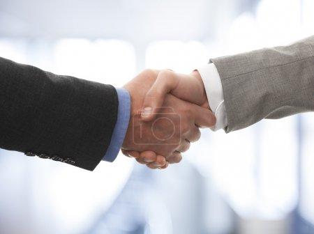 Photo pour Deux hommes d'affaires se serrant la main - image libre de droit