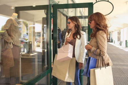 Photo pour Regard de femmes dans une fenêtre de magasin - image libre de droit