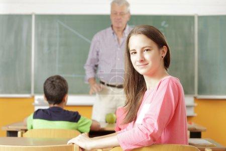 Photo pour Enseignant donnant une leçon en classe - image libre de droit