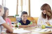 školáci a dívky se usmívají