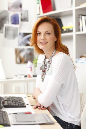Photo pour Belle femme moderne assis au bureau et travaillant en studio graphique. propriétaire de petite entreprise. - image libre de droit