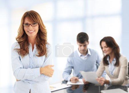 Photo pour Gros plan sur fond de femme d'affaires moderne avec des collègues. équipe des activités. - image libre de droit