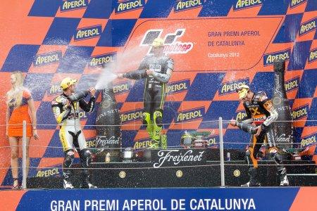 Photo pour Thomas luthi (2e), andrea iannone (1e) et marc marquez (3ème) (l-r) dans le podium après la course de moto 2 grand prix de catalunya, le 3 juin 2012 à Barcelone, Espagne. - image libre de droit
