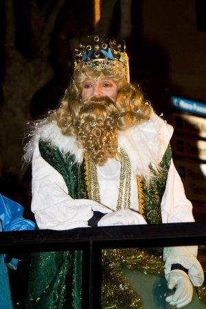 Photo pour Roi de Gaspar à la parade des rois mages trois, qui donne des jouets aux enfants. est une fête traditionnelle espagnole. 5 janvier 2012 à alella, Barcelone, Espagne - image libre de droit