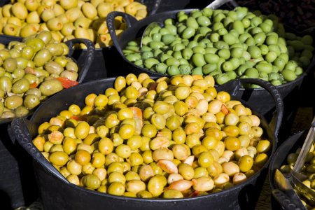Photo pour Olives espagnoles dans un marché . - image libre de droit