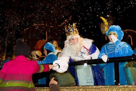 Photo pour Roi Melchior à la parade mages trois sages, qui donne des jouets aux enfants. est une fête traditionnelle espagnole. 5 janvier 2012 à alella, Barcelone, Espagne. - image libre de droit