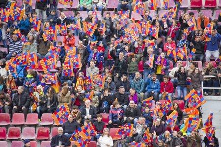 Photo pour FC Barcelone ouvrent des portes, session de formation au miniestadi stadium, où 13 200 spectateurs sont venus en profiter pour barca fissures. sur la photo, certains supporters. - image libre de droit
