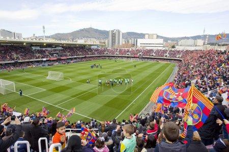 Photo pour FC Barcelone ouvrent des portes, session de formation au miniestadi stadium, où 13 200 spectateurs sont venus en profiter pour barca fissures. sur la photo, certains supporters au stade miniestadi. - image libre de droit