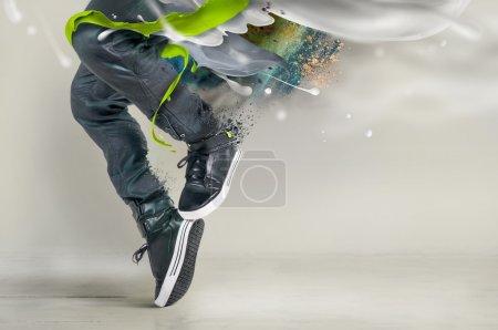 Photo pour Danse moderne en jeans et baskets avec éclaboussures, éclaboussures - image libre de droit