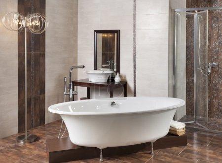 Ванная комната с ванной и душем