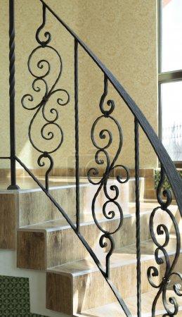 Photo pour Garde-corps des escaliers internes dans un édifice en fer forgé - image libre de droit