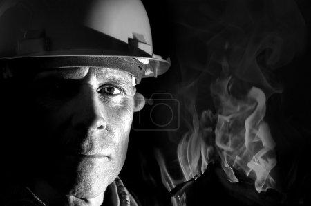 Photo pour Portrait d'un pompier isolé en noir - image libre de droit