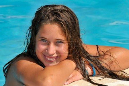 Photo pour Belle fille posant dans une piscine - image libre de droit