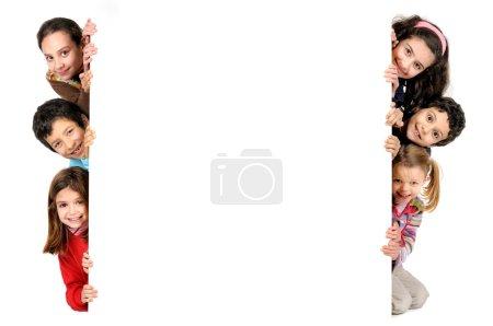 Photo pour Groupe d'enfants avec un tableau blanc isolé en blanc - image libre de droit