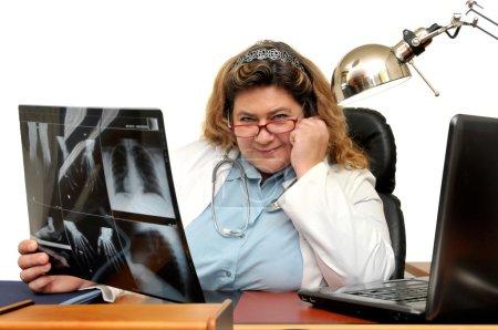 Photo pour Docteur au bureau avec radiographie - image libre de droit