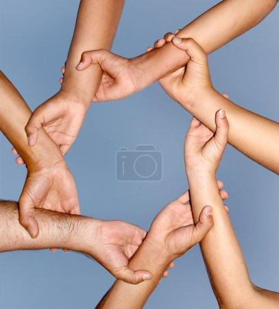 Photo pour Les mains humaines réunies dans un lien fort - image libre de droit