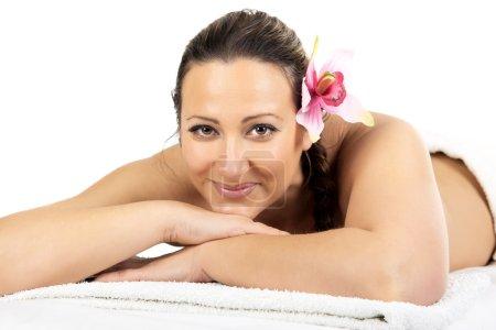 Photo pour Belle femme dans un massage au salon de beauté spa. Thérapie récréative . - image libre de droit