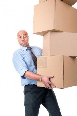 Photo pour Homme d'affaires transportant une pile de boîtes en carton - image libre de droit