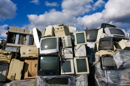 Photo pour Moniteurs CRT mis au rebut, de téléviseurs et de vieilles imprimantes pour recyclage ou élimination sûre de recyclage, les logos et noms de marque ont été supprimées - image libre de droit