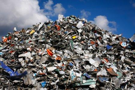 Photo pour Pile de déchets à recycler ou à éliminer en toute sécurité, tous les logos et marques nominatives ont été supprimés. Idéal pour le recyclage et les thèmes environnementaux . - image libre de droit