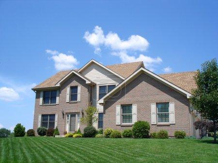 Photo pour Maison résidentielle avec pelouse verte fraîchement coupée . - image libre de droit