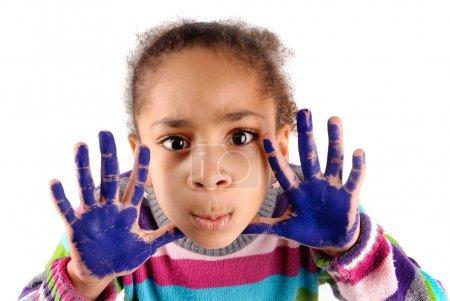 Foto de Niña de cinco años con las manos pintadas - Imagen libre de derechos