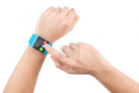 Photo pour Touches des doigts masculins sur l'écran de la montre intelligente - image libre de droit