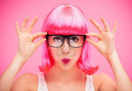 Photo pour Belle femme qui porte des lunettes - image libre de droit