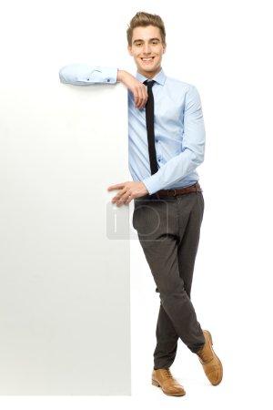 Photo pour Jeune homme tenant affiche vierge - image libre de droit
