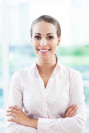Photo pour Jeune femme d'affaires souriante - image libre de droit