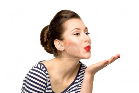 Photo pour Jeune femme soufflant un baiser - image libre de droit
