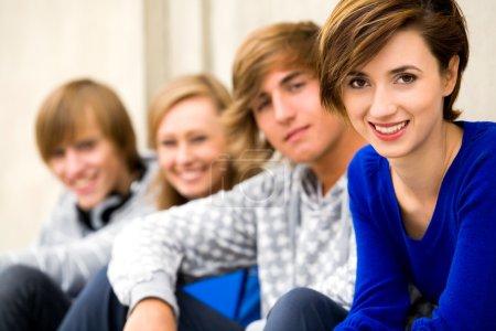 Photo pour Quatre jeunes adolescents - image libre de droit