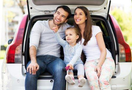Foto de Familia feliz sentada en el coche - Imagen libre de derechos