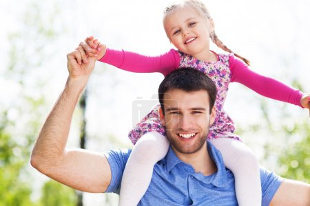 Foto de Padre dando hija caballito - Imagen libre de derechos