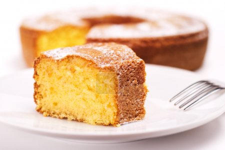 primer plano del pedazo de pastel con azúcar glaseado