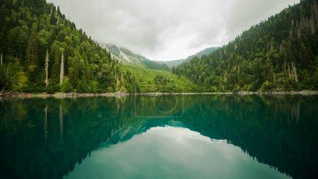 Photo pour Abkhazie Lac de Ritza - image libre de droit