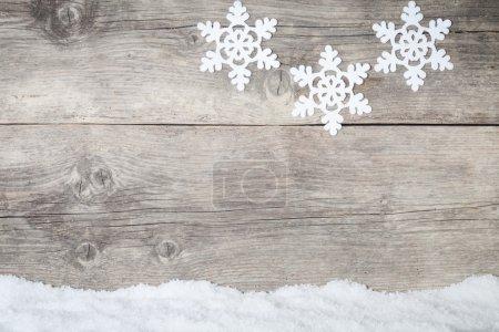 Foto de Snoflake blanco sobre fondo de madera - Imagen libre de derechos