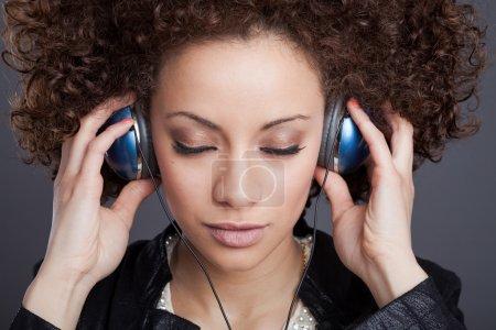 Photo pour Jeune femme avec écouteurs - image libre de droit