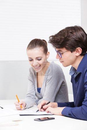 Photo pour Les étudiants apprennent ensemble à la maison - image libre de droit