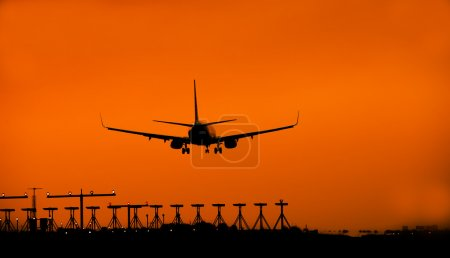 Photo pour Silhouette d'un avion atterrit - coming home concept - image libre de droit
