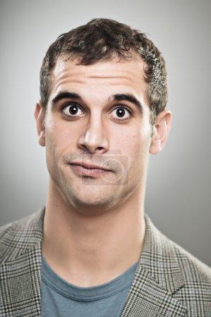 Photo pour Un homme caucasien dans la vingtaine a l'air confus . - image libre de droit