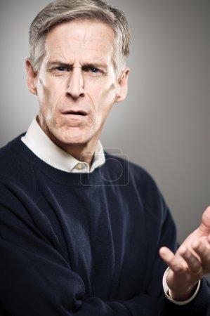 Photo pour Un homme d'âge mûr dans son 50 s qui semble contrarié. - image libre de droit