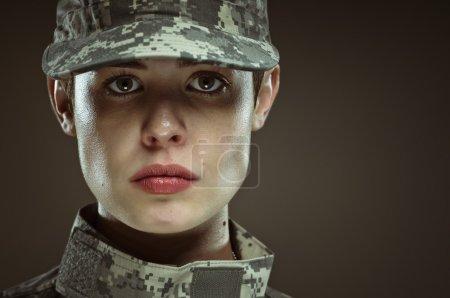 Photo pour Une femelle nous portrait en studio armée soldat. - image libre de droit